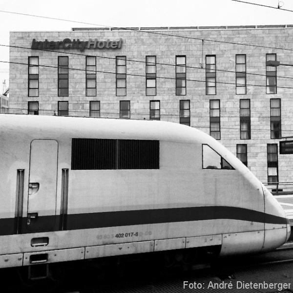 ICE vor InterCity Hotel Berlin Hbf
