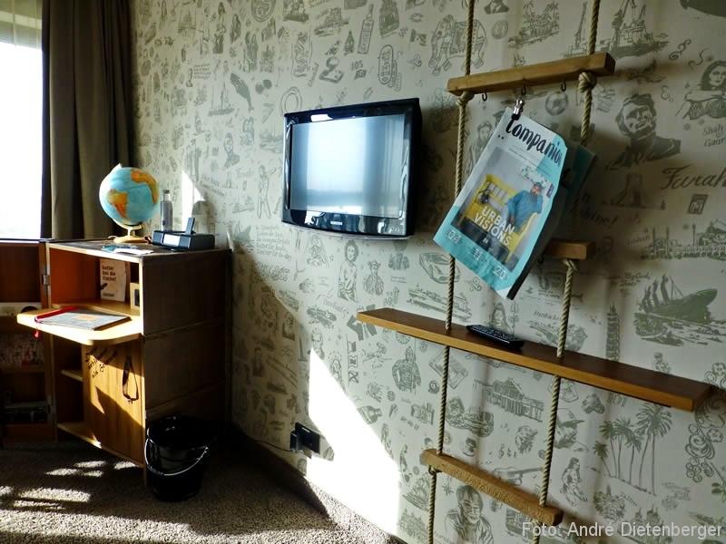 25h HafenCity - TV und Schreibtisch