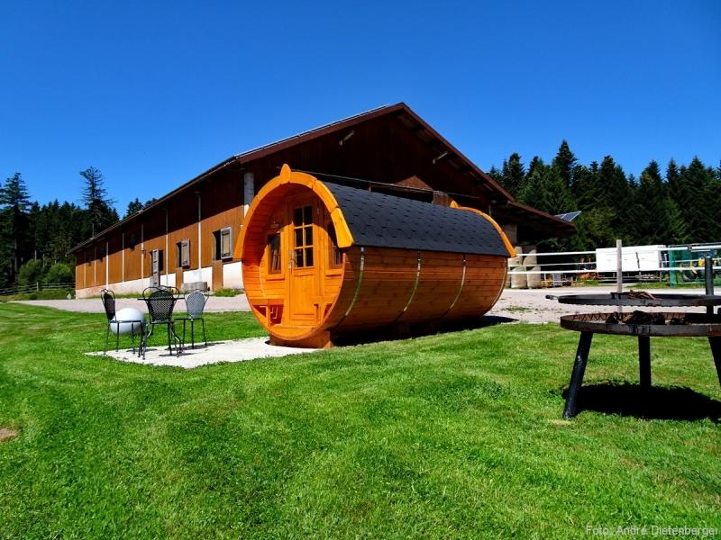 Biohof Gerspach - Holzfass und Feuerstelle