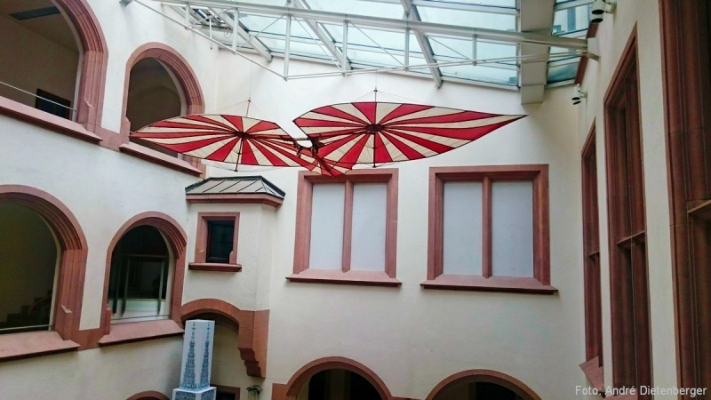 Ulmer Rathaus mit Flugapperat