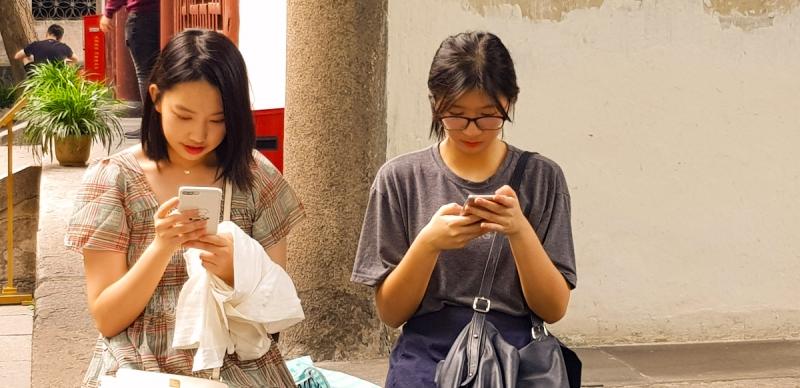 Chinesinnen am Smartphone