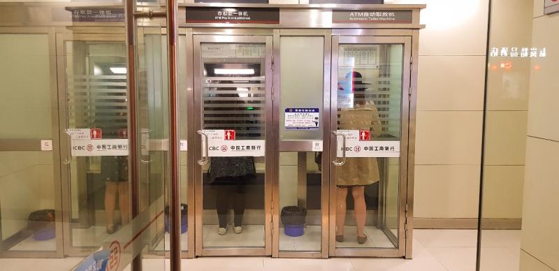 Touristinnen beim Geldabheben in einer Bank