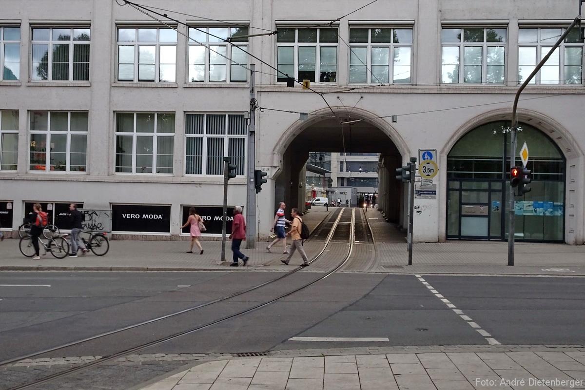 Straßenbahn durch Gebäude