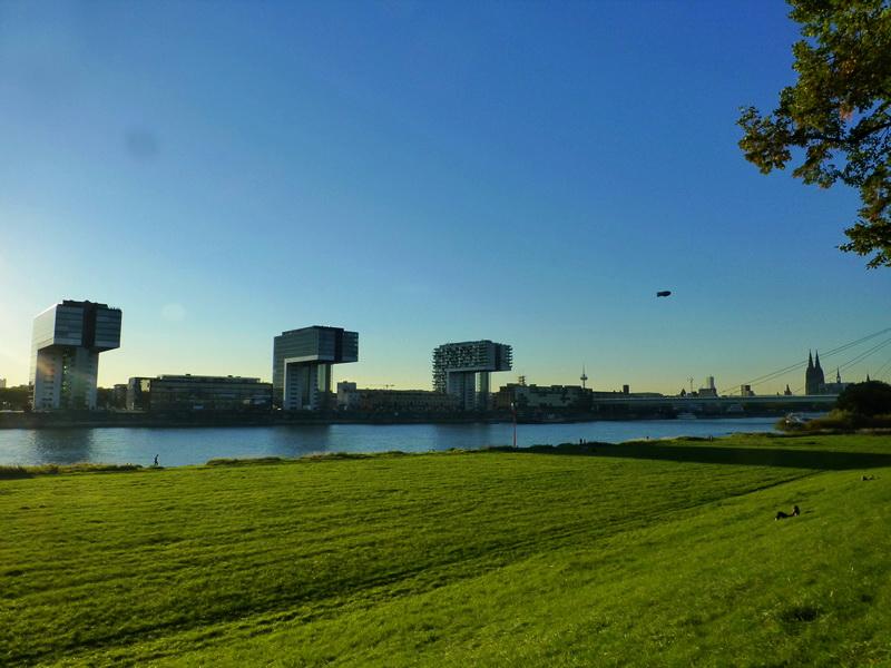 Köln - Polder Wiesen und Kranhäuser