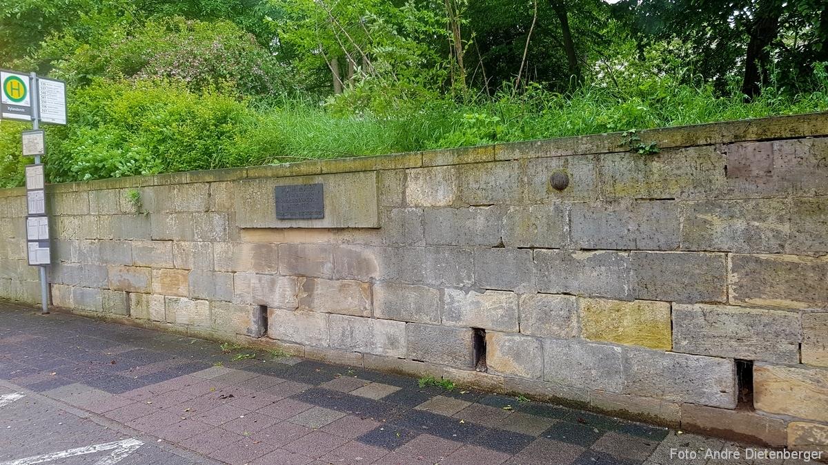 Mauer aus Steinen der Landauer Synagoge