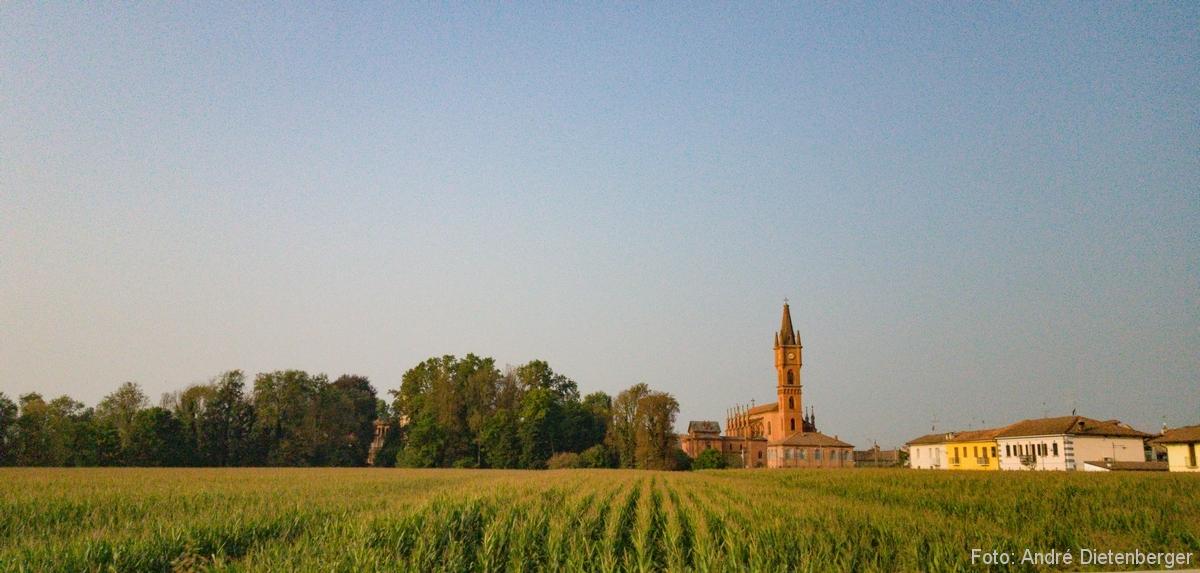 Landschaft mit Dorf