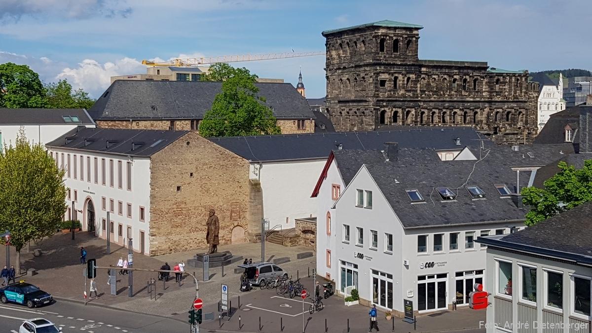 Porta Nigra und Karl Marx Statue