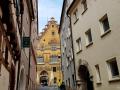 Ulmer Rathaus aus einder Gasse
